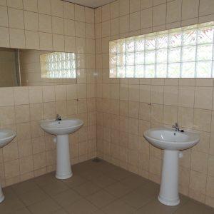 sanitariaty - cztery umywalki
