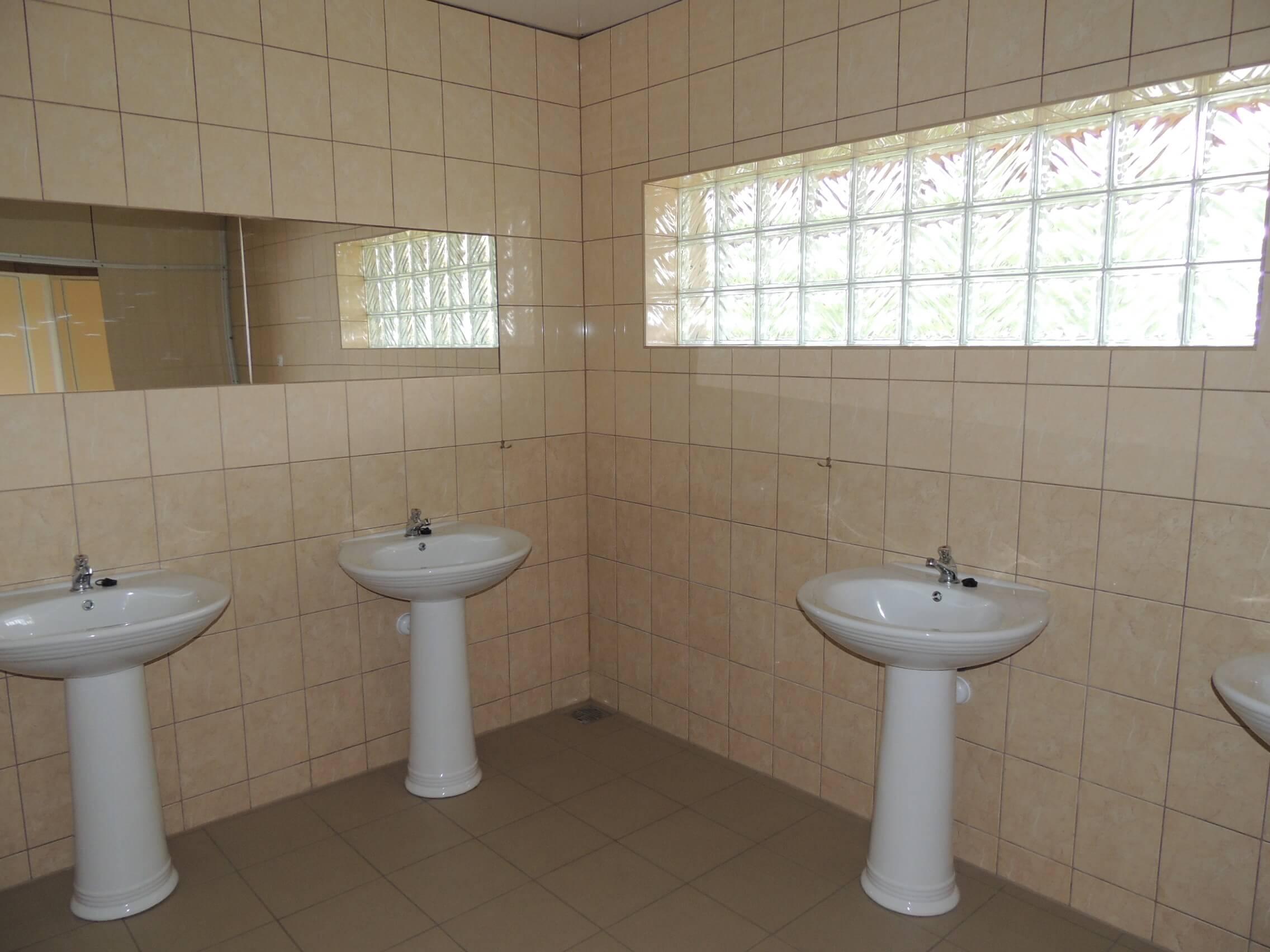 budynek: sanitariaty - 4 umywalki