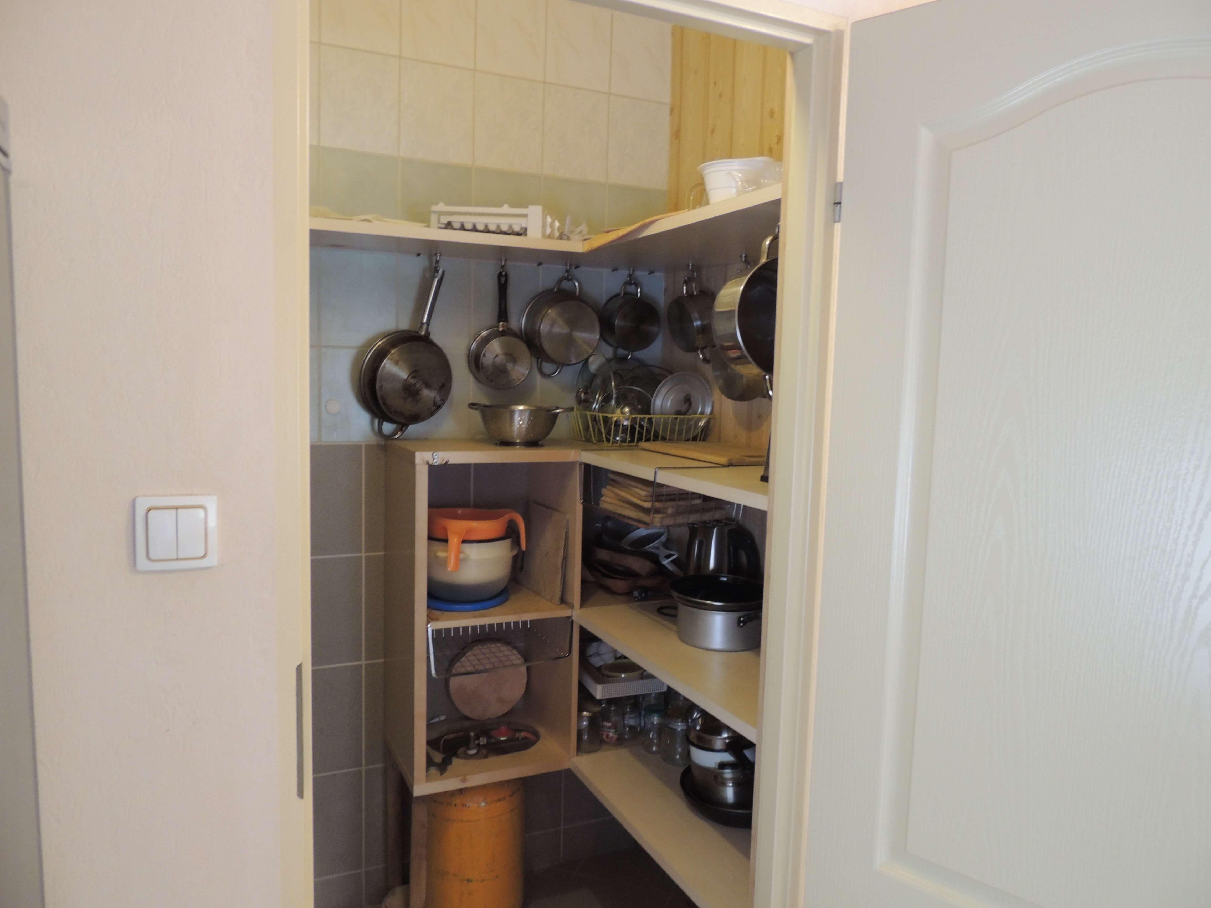 wyposażona kuchnia - garnki, patelnie itp.
